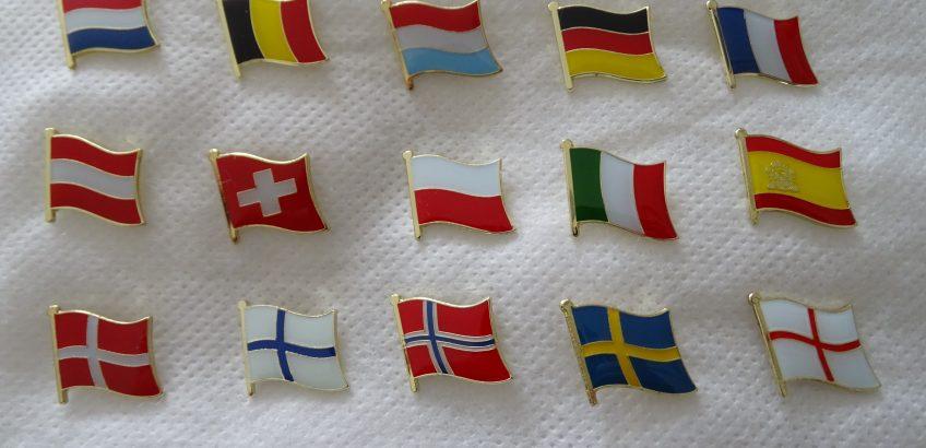 Pins van diverse landen te koop.